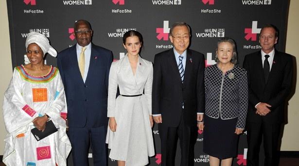 【写真を見る】国際連合事務総長らと並ぶエマ
