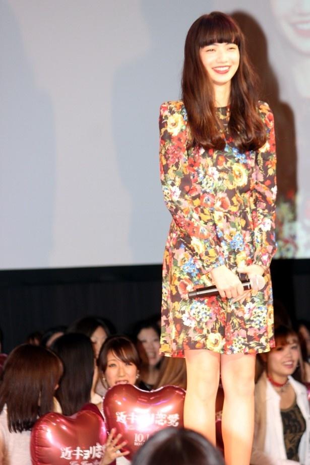 【写真を見る】小松菜奈は愛らしい花柄のワンピースで登壇