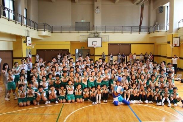 台東区松葉小学校の児童たちと一緒に記念写真
