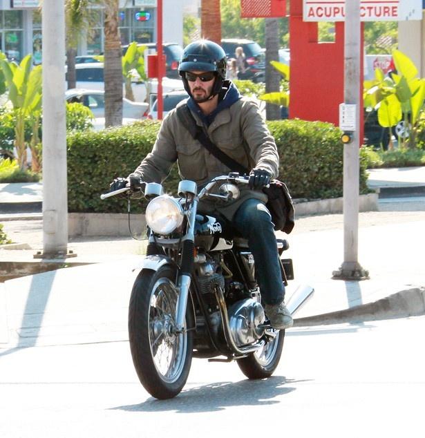【写真を見る】大のバイク好きであるキアヌ