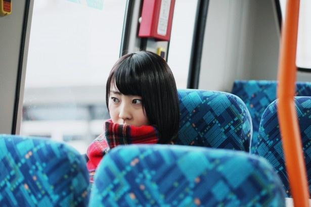 通学時のバスでは、いつも座る席が決まっているあやめ(藤江)