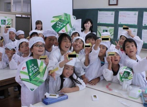 大阪市立十三小学校の小学生がオリジナルヨーグルト作りを体験