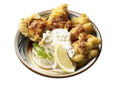 【写真を見る】鶏天を中華料理の油淋鶏風に仕立てた「タル鶏天ぶっかけうどん(油淋鶏ソース)」(並600円、大700円)