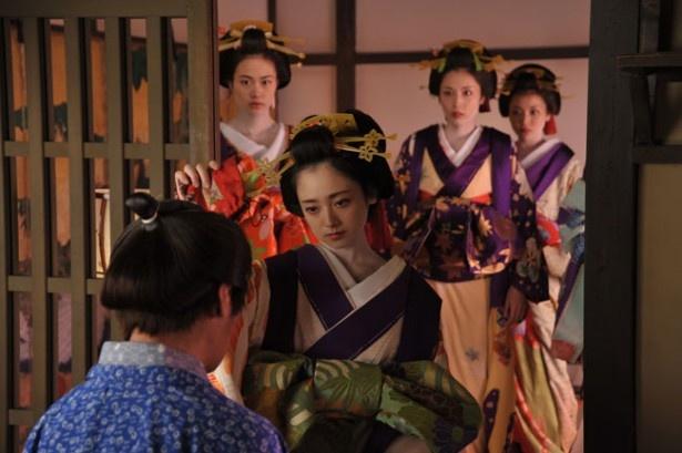 原作では朝霧だけではなく、高岡早紀が演じた霧里ら山田屋の女郎たちの物語が描かれている