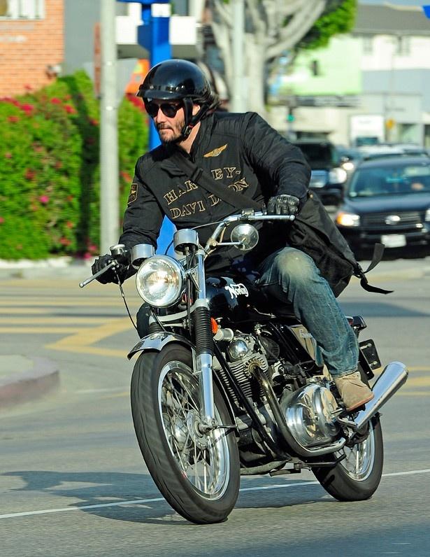 最近バイク会社を立ち上げたばかりのキアヌ