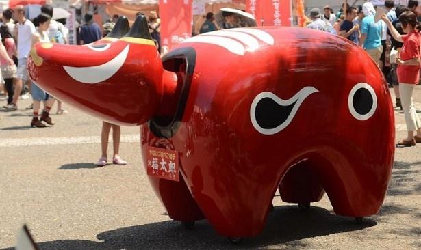 【写真を見る】福島からやって来る巨大赤べこ・福太郎