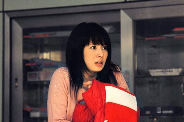 元宝塚の女優・舞羽美海が担当編集者のさくら役を演じている