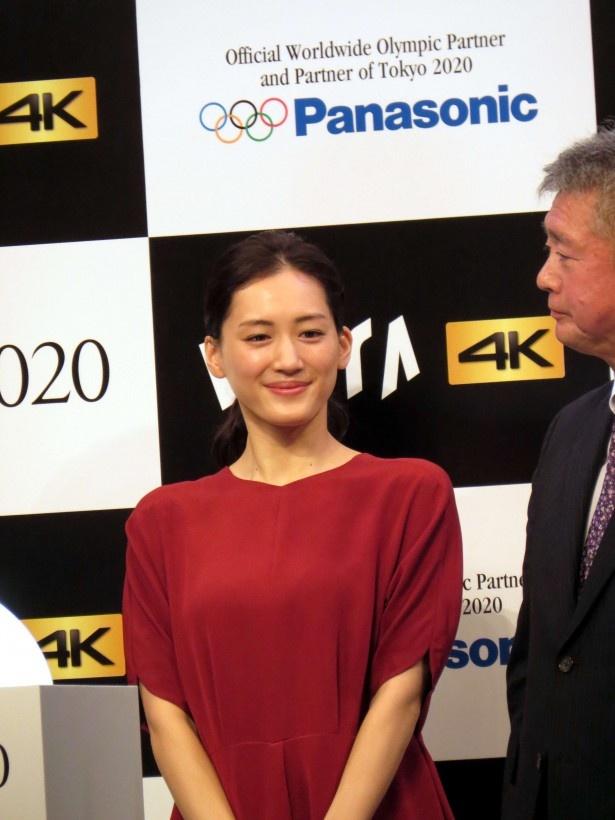 【写真を見る】新CM撮影を振り返り、綾瀬はニッコリ