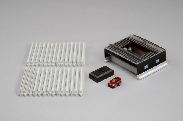 「Q‐eyes」専用のコースが組めるコースパーツと車庫、本体を同梱した「Q‐eyes コースガレージセット NISSAN GT‐R」。本体のカラーは、セット限定カラーのレッド