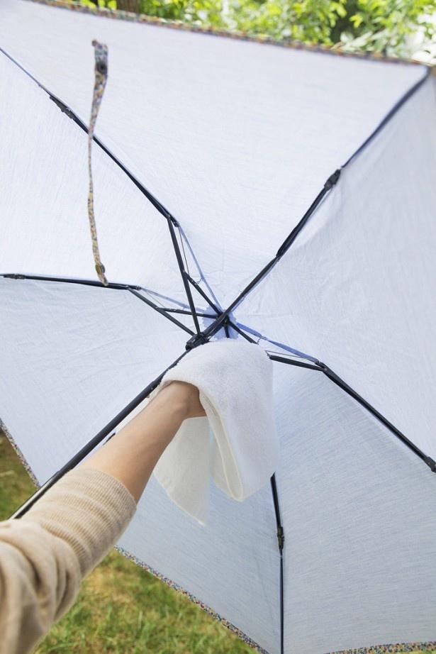 日傘の骨の部分は水が溜まりやすいので、乾いたタオルなどでよくふき取って。