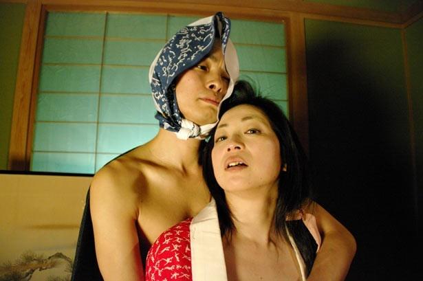 ストーリーテラーのように春画を再現する江戸町人風の男女。瀬々敬久監督作品など90年代を代表する名女優・葉月蛍がしなやかな肢体を披露