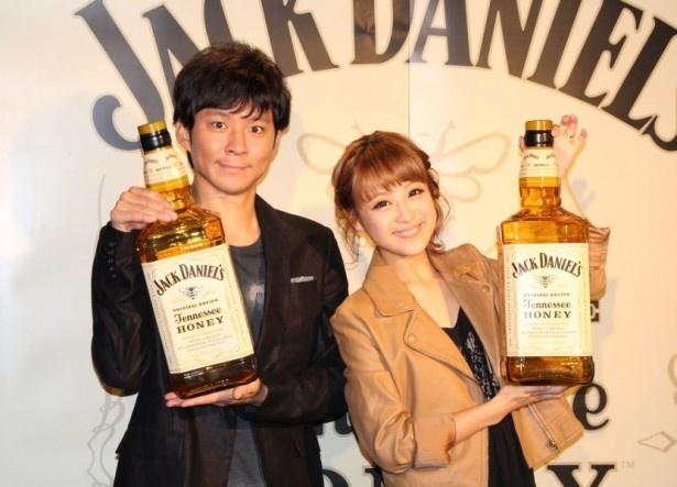 期間限定のバー「JACK HONEY MILK Bar@TUSK」のオープンニングイベントに登場した渡部健(左)と鈴木奈々(右)