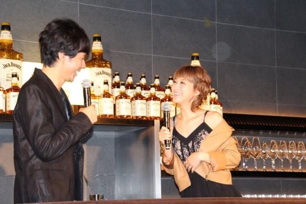 【写真を見る】セクシー衣装で独身・渡部建(左)を誘惑する人妻・鈴木奈々(右)