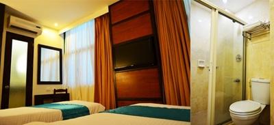 ホテル滞在型の学校「ファーストウェルネス」の宿泊部屋とトイレ。清潔な部屋でこそ勉強に集中できるというものだ!