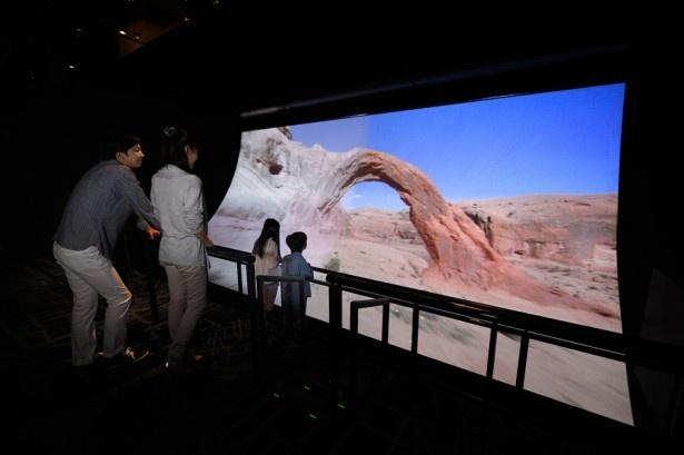 「地球飛行『アースクルージング』」大型の湾曲したスクリーンで、迫力の空撮映像をみよう