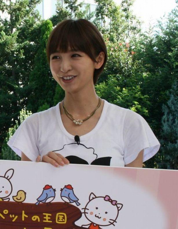 【写真を見る】動物たちのかわいらしい映像ににっこり笑顔の篠田麻里子