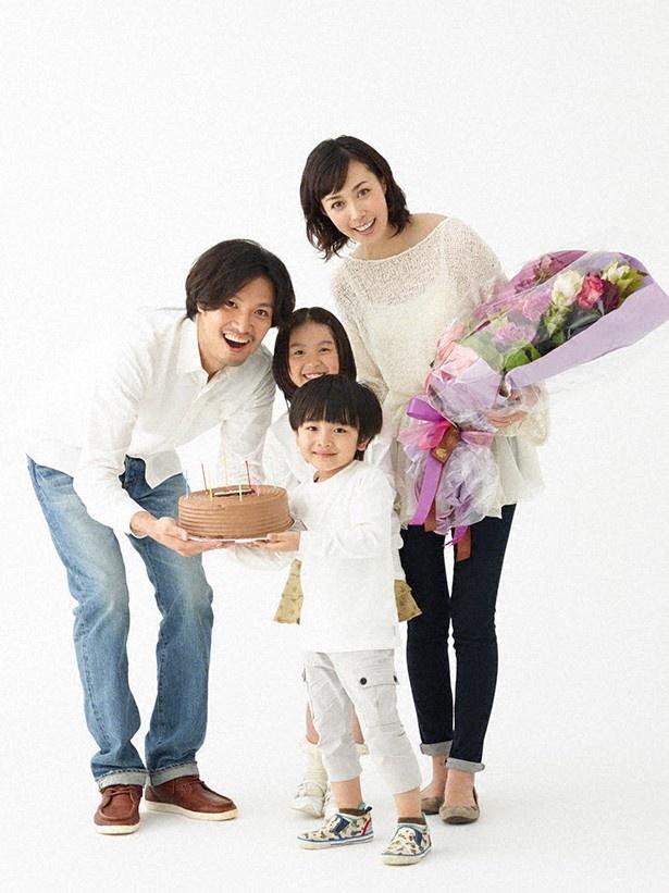11月20日(木)スタートの「ママとパパが生きる理由。」。ポスター撮影の際、青木崇高(左)、渡邉このみ(中)、五十嵐陽向(前)がサプライズで吹石一恵(右)の誕生日を祝福