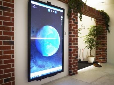 「CENTER CORE」に設置されているタッチパネル式70インチモニター。Google Earthがベースになっている