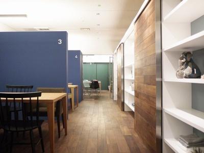 「NEXT CORE」にあるミーティングスペース。左を見ると、みなとみらいの景観を一望できるスポットになっている