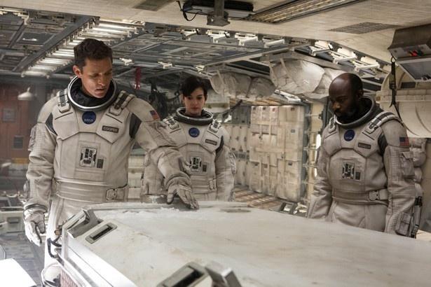 NASAの宇宙服を身にまとったマシュー・マコノヒーとアン・ハサウェイ