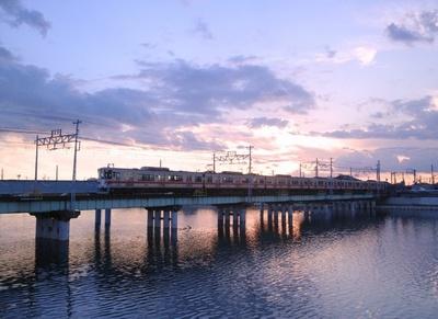 夕暮れ時は列車と夕陽を絡めた写真を撮ることができる