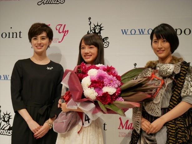 司会を務めたホラン千秋、福田彩乃とともに写真撮影に応じる清原果耶さん