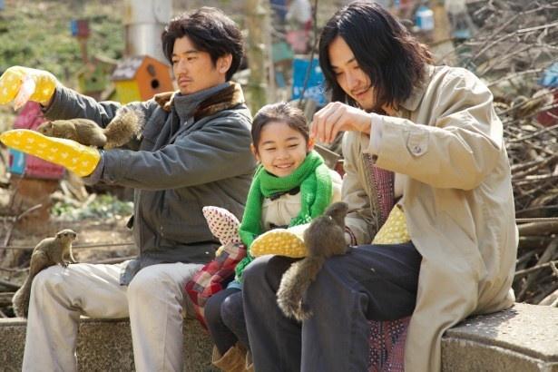 【写真を見る】子守に奮闘する多田(瑛太)と行天(松田龍平)の微笑ましいワンシーン