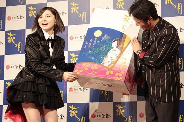 パッケージに描かれた自分を見て、興奮する岩田華怜