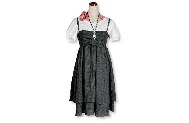 「leap lippin」2WAYワンピ¥3465→¥3119、ピンクのキャミ、Tシャツ、ネックレス各¥1995→¥1796