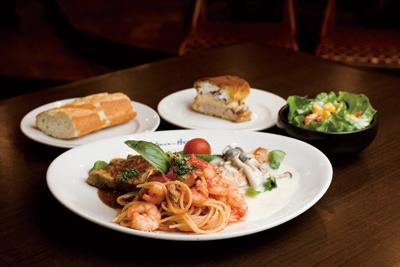 「Cobara-Hetta」限定レディスランチ¥1550。スパゲティやハンバーグなどのプレートに、サラダとパン、デザート付き