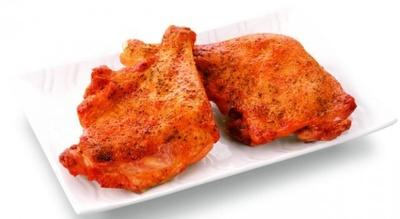 「ローストチキンレッグ」(1本490円)は、骨付き鶏もも肉をガーリックやハーブで味付けし、表面はパリッと、中はジューシーに焼き上げた