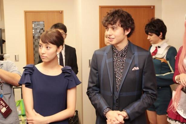 通訳を介して、コスプレイヤーの話に耳を傾ける岡本あずささん(左)とハリー杉山さん
