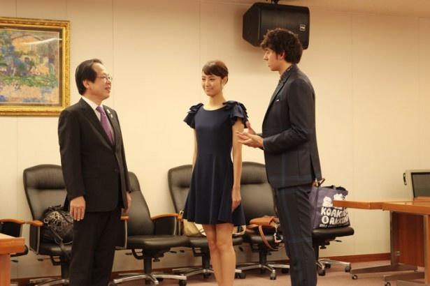 富田健介商務情報政策局長(左)にあいさつする、岡本あずささんとハリー杉山さん
