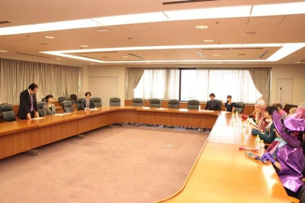 世界のトップコスプレイヤーに挨拶をする富田商務情報政策局長