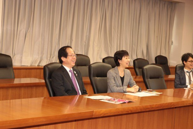 コスプレイヤーの話に笑顔で応える富田健介商務情報政策局長(左)