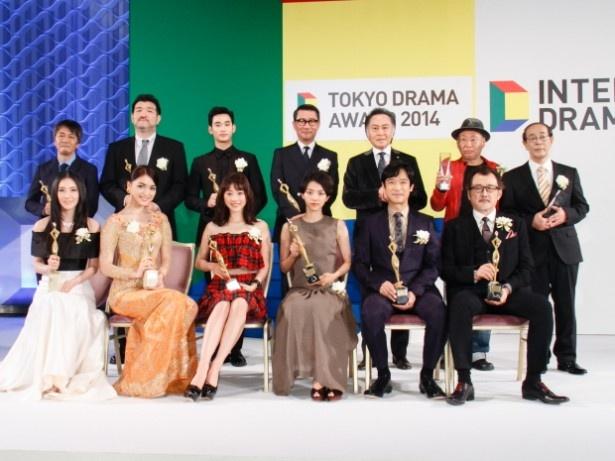 「東京ドラマアウォード2014」のフォトセッションより。主演男優賞の堺雅人(写真手前右から2番目)ら受賞者たちが勢ぞろい。