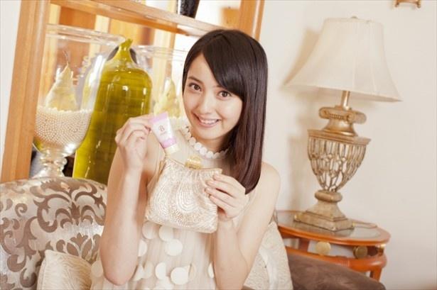 新CM「美しきアメ女」篇第2弾ではドレスアップして登場する佐々木希
