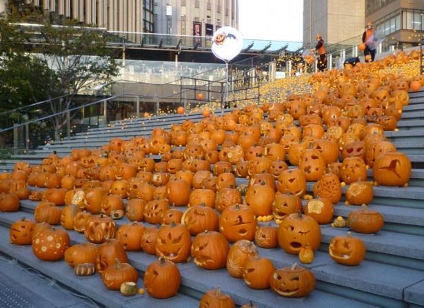 500個のかぼちゃが敷き詰められた大階段を、1万個のピンポン玉が宙を舞う様子は圧巻