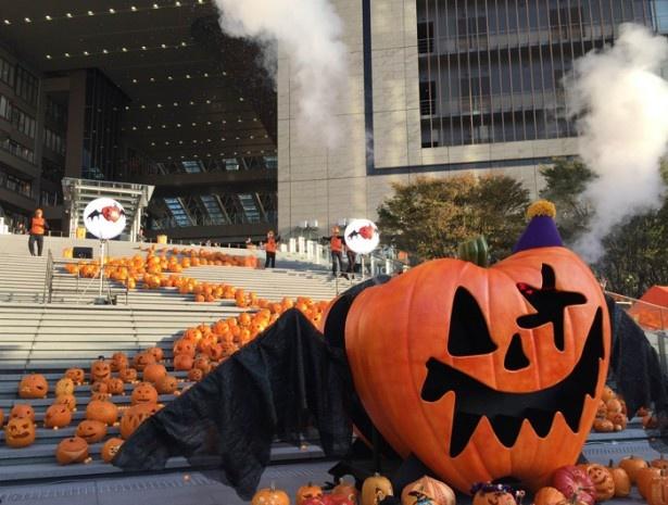特大かぼちゃが大きな翼を広げながら煙を噴射する演出は大迫力