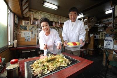 ↑「美富士食堂」にて。縦60�、横40�の鉄板が、焼きそば(1人前)で覆い尽くされる…