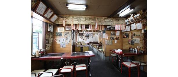 ↑「美富士食堂」の店内には、過去に掲載された雑誌の切り抜きなどでいっぱい!
