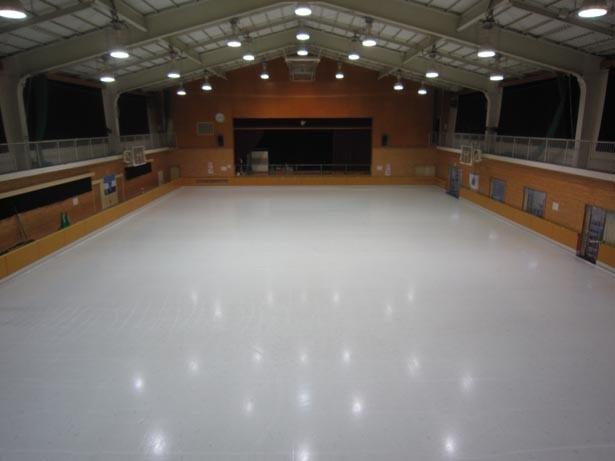 体育館の床に氷をはってリンクに。バスケットゴールや壁もそのまま残している