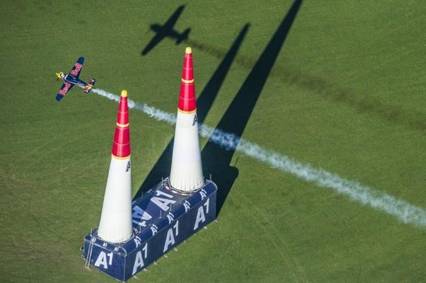 レッドブルの本社があるオーストリアで行われたレッドブル・エアレース最終戦。レース以外にもあらゆるエンターテインメントを用意!写真はピーター・ベゼネイ選手のフライト