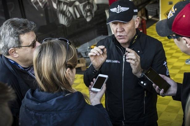 レース前にインタビュー取材を受けるナイジェル・ラム選手