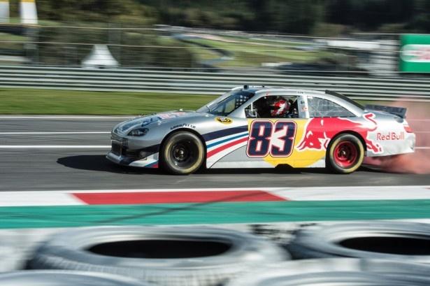 アメリカで行われているレース、Nascarのマシーンも登場!