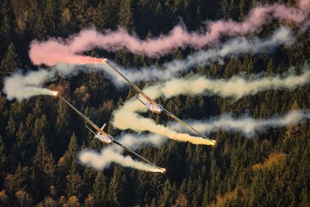 フライングブルズの曲技飛行は2機の息がぴったり
