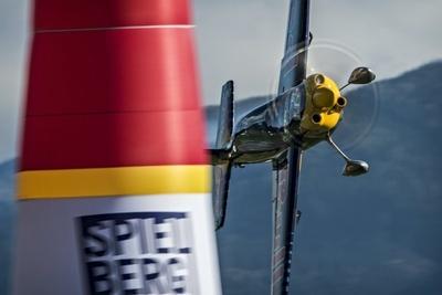 【写真を見る】迫力のあるフライトシーン!パイロンの脇を一気に抜けていくピーター・ベゼネイ選手。