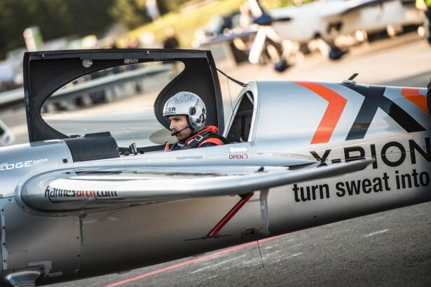 機体に乗り込むハンネス・アルヒ選手。 2007年からレッドブル・エアレースに参戦している