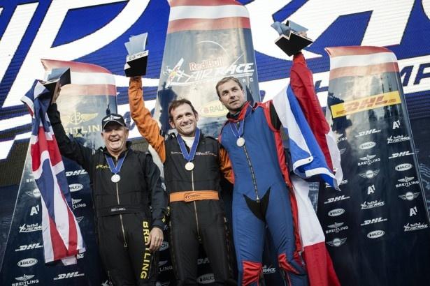 表彰式の様子。写真右からマーティン・ソンカ選手(3位)、ニコラス・イワノフ選手(1位)、ナイジェル・ラム選手(2位)