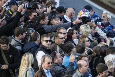 レッドブル・エアレースのレジェンドとして知られているピーター・ベゼネイ選手の周りには常に人だかりが